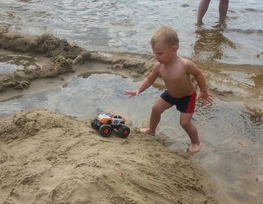 Dziecko na plaży – w stroju czy bez?