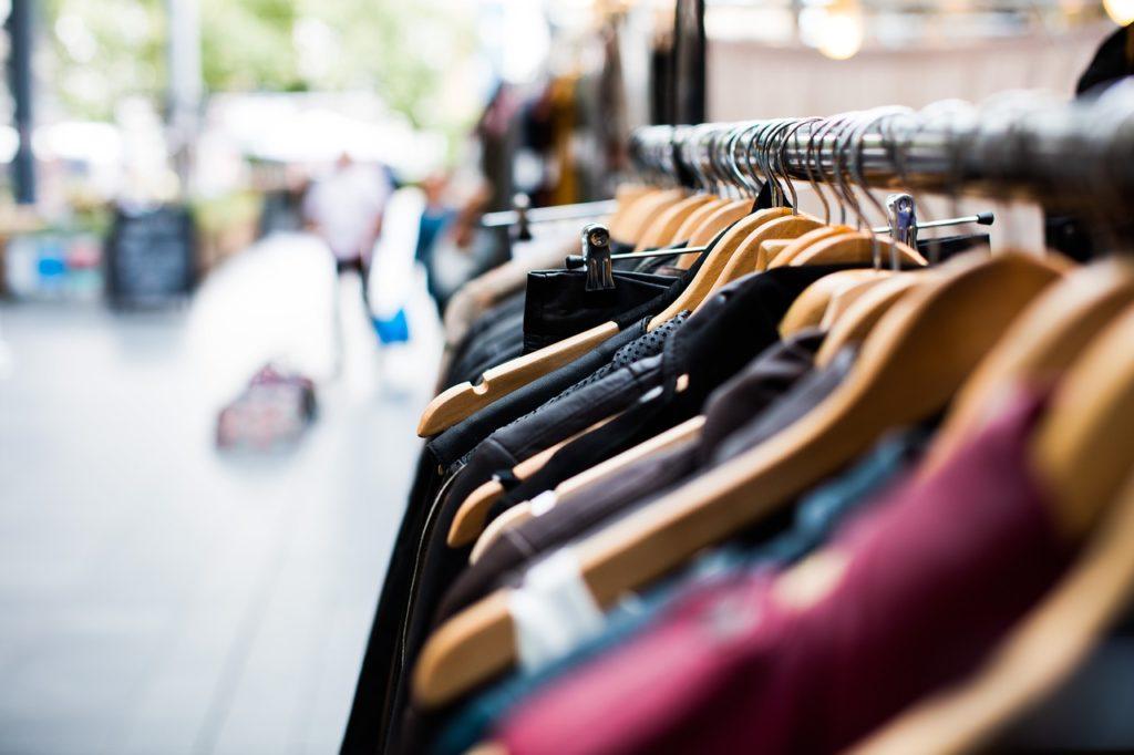 Sieciówka, sklepy internetowe, ciucholand – gdzie warto kupować ubrania dla dzieci?