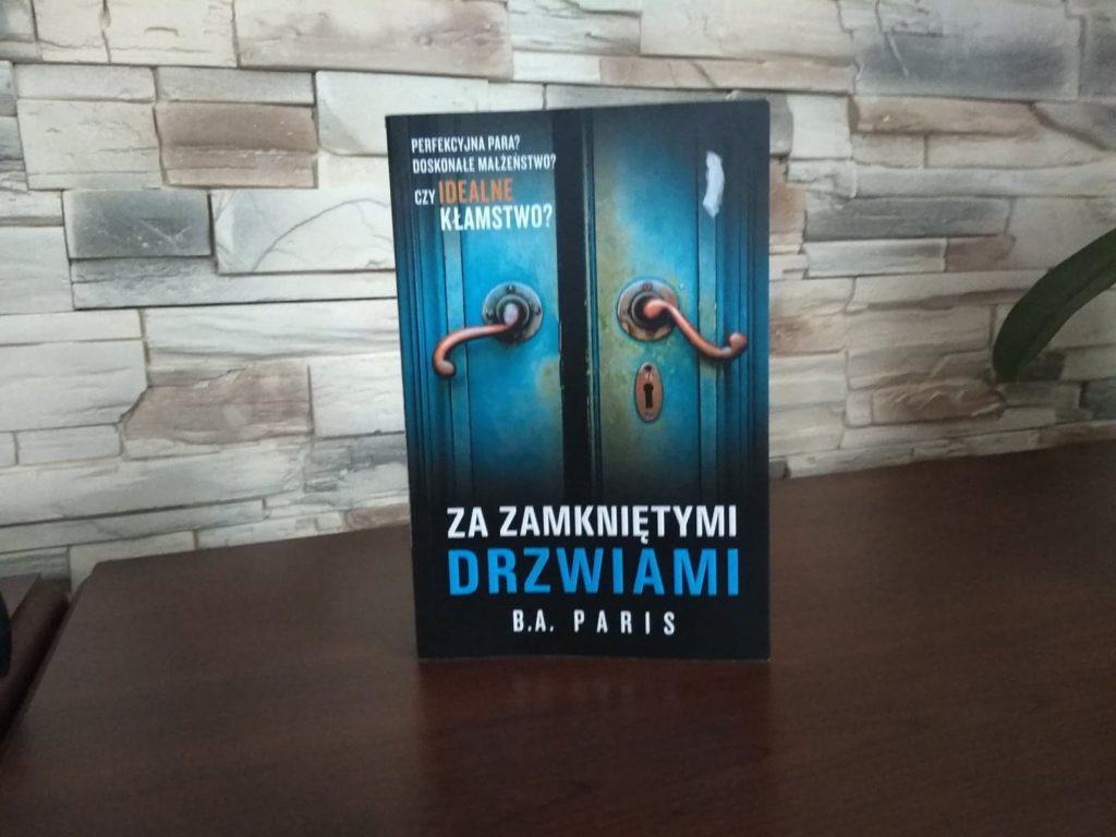 """""""Za zamniętymi drzwiami"""" – recenzja książki"""