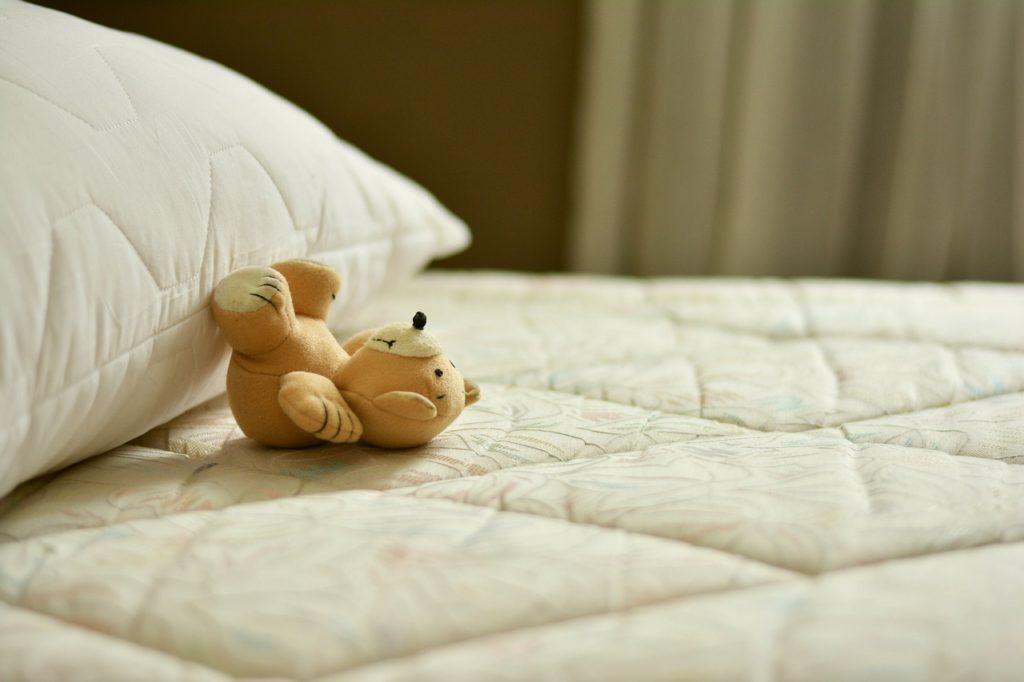 On, dziecko i jedno łóżko