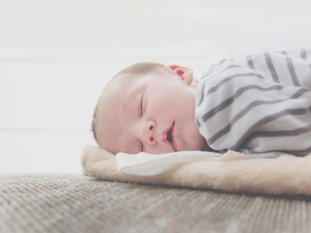Czym objawia się kolka niemowlęca i jak jej zaradzić?