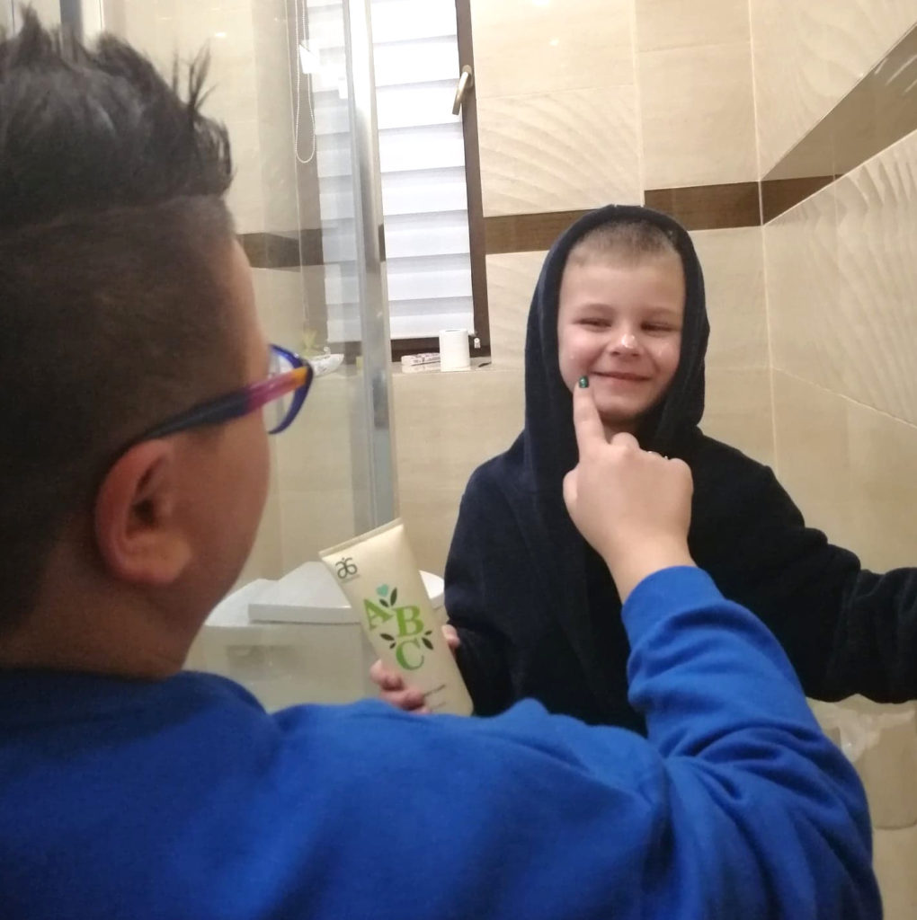 Jak dbać o problematyczną skórę dziecka?