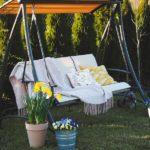 Huśtawka ogrodowa – zabujaj się w ogrodzie